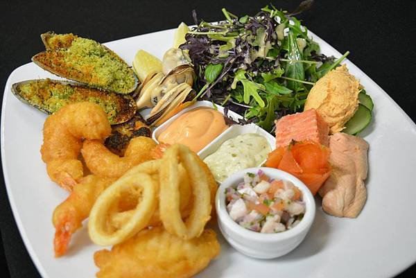 BULLY HAYES REST(AKROA,Seafood Platter.jpg