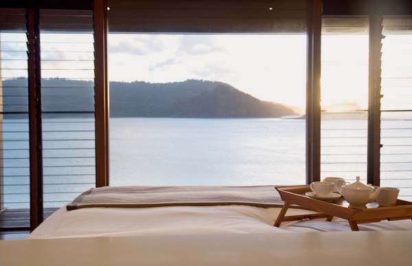 qualia_Windward Pavilion bed.jpg