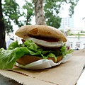 不好吃= =  漢堡肉很乾 也很普通...150大洋!!