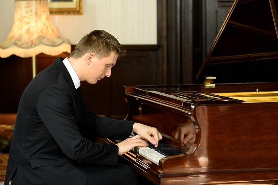 625 Sergiu Tuhutiu 塞爾久.圖胡蒂烏 1983年 羅馬尼亞鋼琴家04.jpg