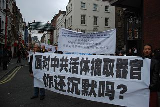 2011-11-6-minghui-london-parade-04--ss.jpg