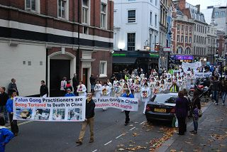 2011-11-6-minghui-london-parade-03--ss.jpg