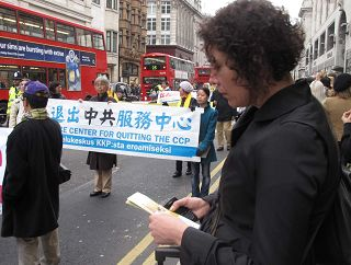 2011-11-6-minghui-london-parade-08--ss.jpg