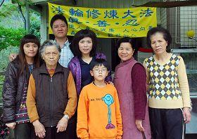 圖:葉老阿嬤和大女兒素蓉(右一)、二女兒若蘭(右二)及兒子純喜一家人的合影.jpg