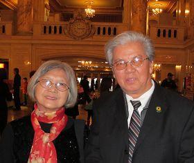 :華人藝術領袖周文熙(左)與黃鏡明欣賞神韻晚會後表示:神韻給人光明與希望.jpg