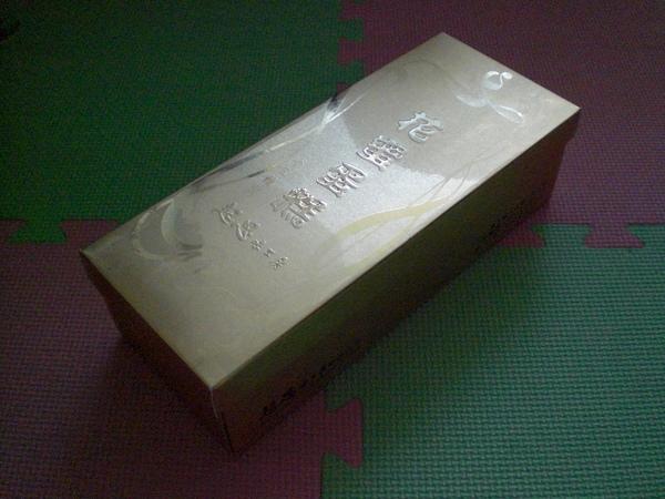閃耀著金色光芒的堅挺外盒