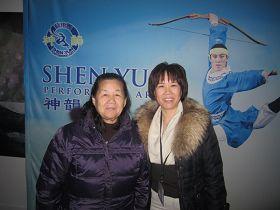 來自深圳的大陸移民陶安娜(右)是一位中醫師,第一次觀看神韻。她連續表示,實在是太好看了,太好看,非常好看。.jpg