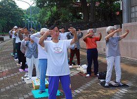 圖:法輪功學員在嘉義公園晨煉.jpg