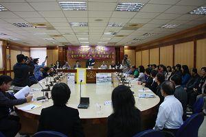 二零一零年十二月二日上午,在台灣苗栗縣議會審議庭,就議會提案「呼籲中央政府禁止人權重犯入國,人權都市不邀訪、不歡迎、不接待人權惡棍」舉行了新聞發布會。.jpg