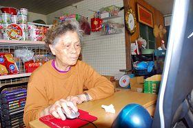 圖:老阿嬤握著滑鼠向大陸民眾傳送法輪功無辜被中共迫害的真相.jpg