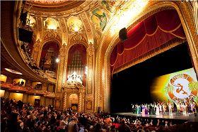 :二零一一年二月十一日晚,神韻紐約藝術團在麻州波士頓的首場演出圓滿落幕,全場觀眾起立鼓掌.jpg