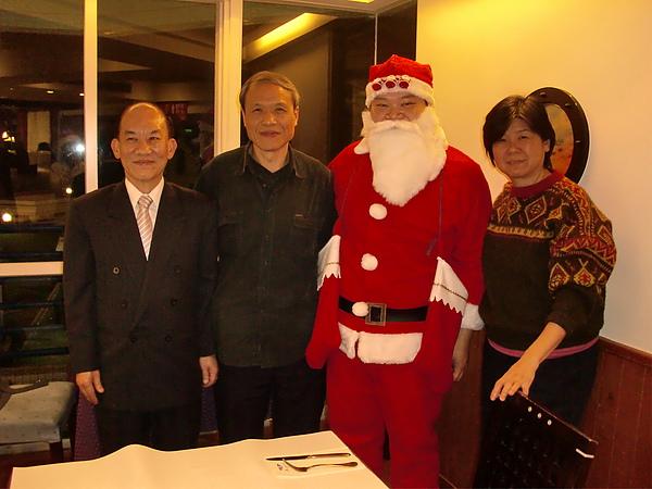 副館長也伴隨聖誕老人獻上祝福唷!