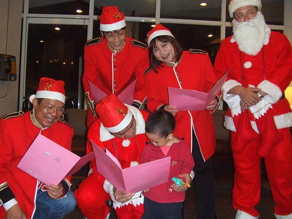 """與弟弟一同開心互動唱""""聖誕快樂歌"""""""