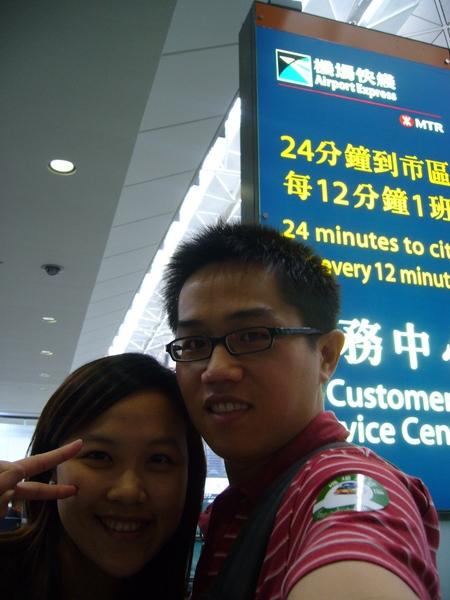 抵達香港機場囉~~人山人海的(黃小四也沒有很達人呀)