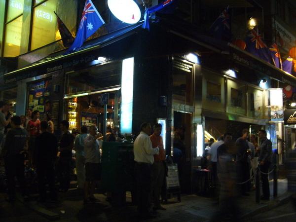 半山扶梯旁的酒吧