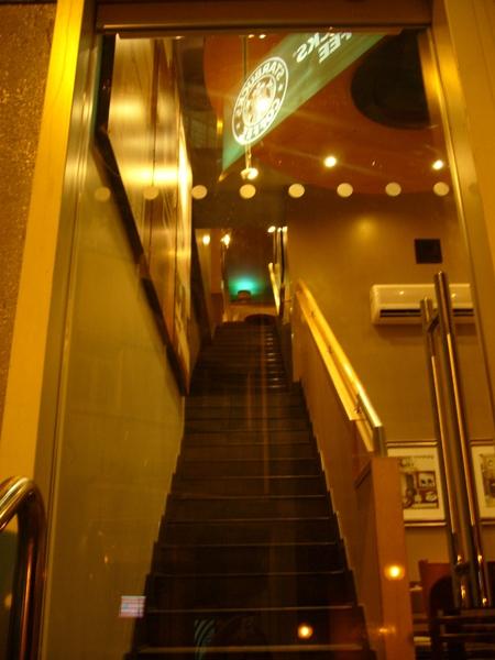 """連星巴克也要爬這麼長的樓梯押 >""""<"""