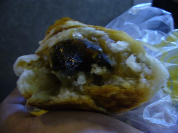 前一天在泰昌餅家買的皮蛋酥當早餐
