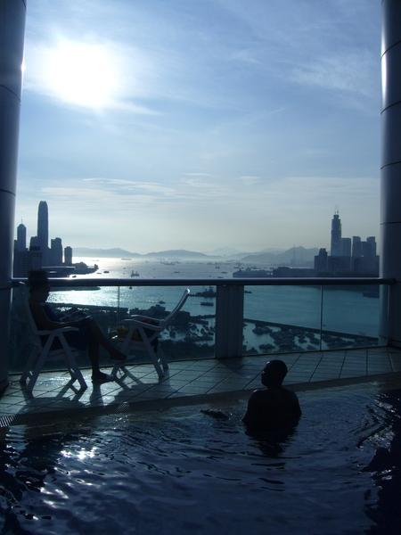 """飯店頂樓的游泳池......真可惜沒用到 >""""<"""