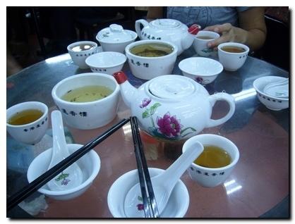 桌上一堆的杯子