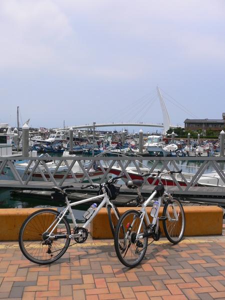 好多交通工具唷!有船~有腳踏車 :P