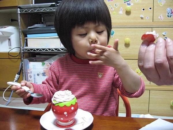 oec之草莓蛋糕~草莓借放先, 手上的奶油不能浪費