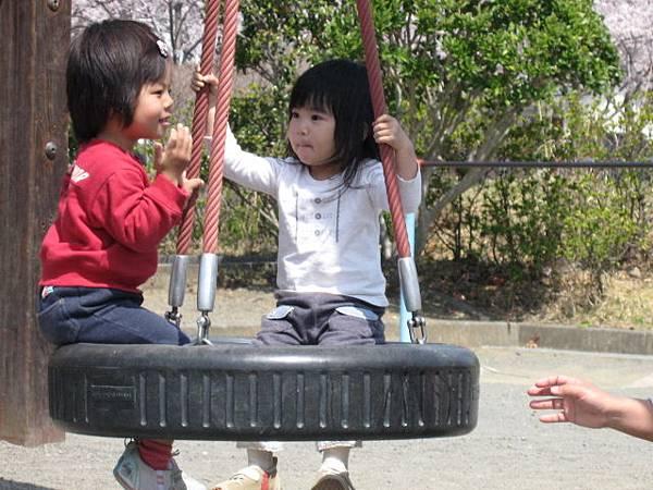 公園--玩耍中~明明就是短頭髮,硬是要學友達撥一下