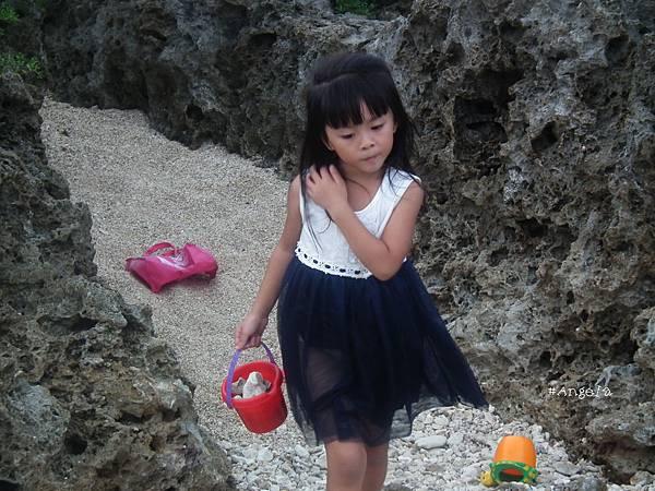 海邊玩砂石.jpg