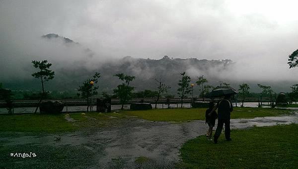 雨天散步.jpg