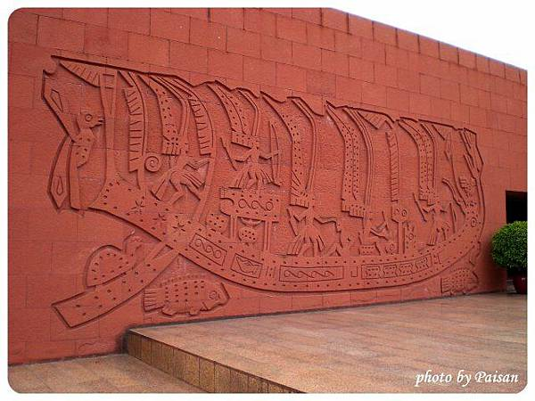 墓旁的石壁雕刻