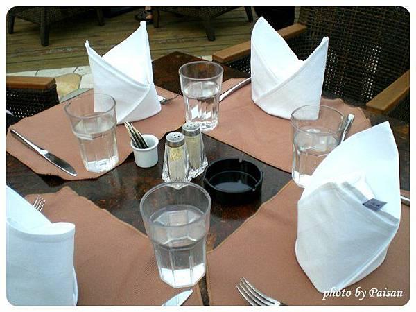 財神酒店游泳池畔的餐桌