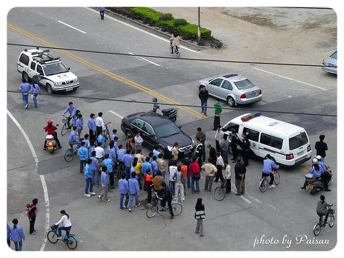 每次車禍總是會圍上這麼一大群人 ~