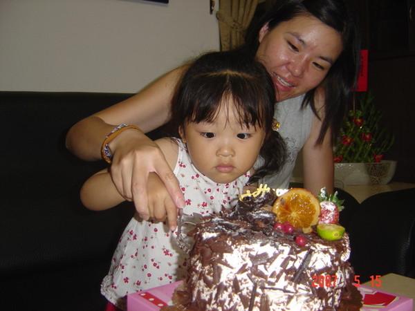 我要張大眼睛看,蛋糕才不會跑掉