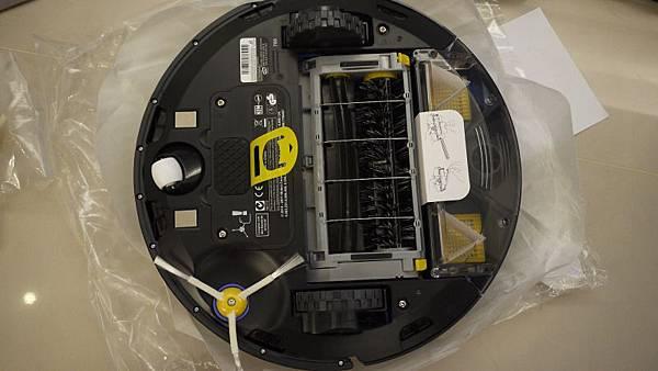 iRobot的底部,電池還有集塵盒都有絕緣墊片,要抽出來才可以用喔