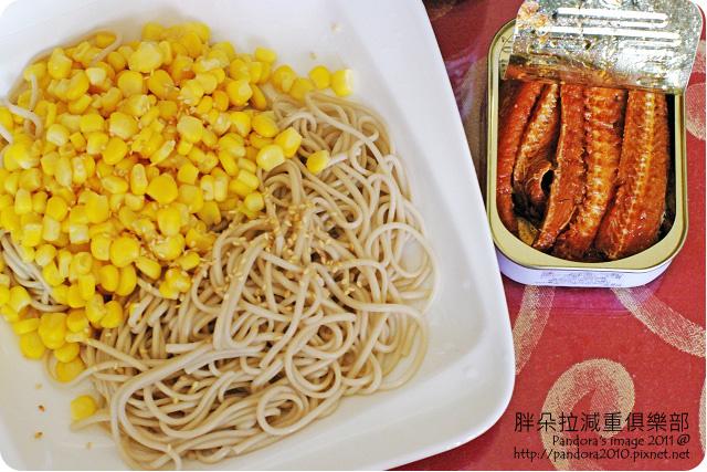 2011.08.07-和風仙草涼麵 (仙草拉麵+鰹魚醬油+白芝麻+玉米粒)、(紅鷹牌)香辣鰻魚罐頭