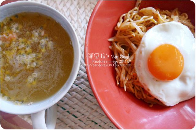 2011.09.29-蘑菇醬鐵板麵+豆芽菜+太陽蛋、蜂蜜百香果汁