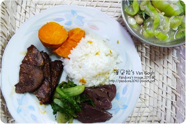 2011.10.04-米飯、地瓜、小白菜炒鴨血、滷牛腱、絲瓜湯