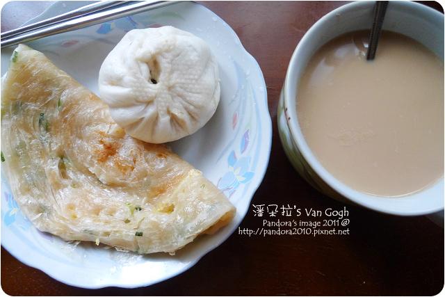 2011.12.14-(光頭呂)黃金蔥抓餅+蛋、肉包、黑糖豆漿