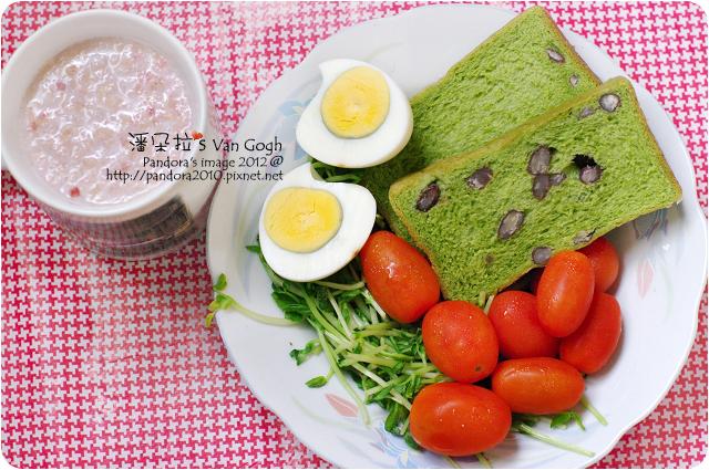 2012.06.06-(亞蘿蔓)紅豆抹茶吐司、碗豆苗、小蕃茄、水煮蛋、(桂格)草莓歐蕾麥片