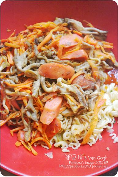 2012.06.17-泡麵+珊瑚菇+胡蘿蔔絲+(統一博客)威尼斯小熱狗+香料橄欖油