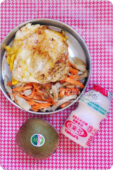 2012.06.26-荷包蛋、乾煸杏鮑菇胡蘿蔔絲、養樂多、奇異果