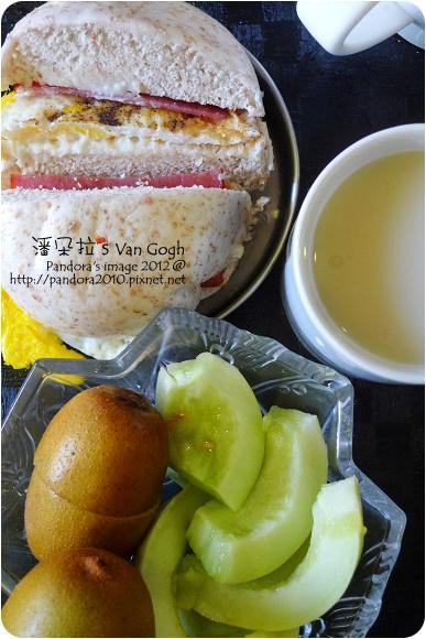 2012.08.27-全麥火腿蛋饅頭、(愛之味)真珠薏仁露、SunGold黃金奇異果、(自家農場)美濃香瓜