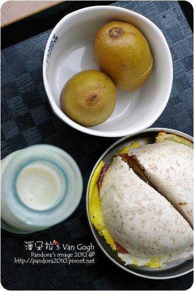 2012.08.28-全麥火腿蛋饅頭、香瓜牛奶、SunGold黃金奇異果
