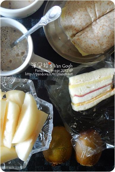 2012.09.06-全麥起司饅頭、(桂格)黑穀珍寶穀精、綠奇異果、水梨、(胡桃園烘焙房)蛋糕三明治