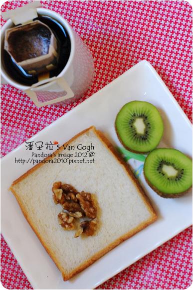 2012.10.14-(伯朗)濾掛咖啡-UTZ CERTIFIED認證豆、吐司、(統一生機)天然核桃、奇異果