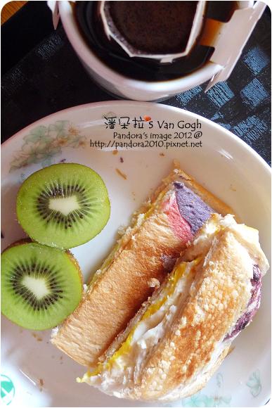 2012.10.15-(伯朗)濾掛咖啡-雨林聯盟認證豆、吐司+(廚易)馬鈴薯沙拉+荷包蛋、奇異果