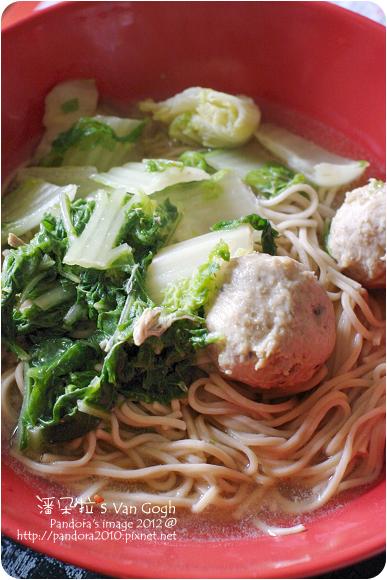 2012.11.01-白菜香菇貢丸湯+(桂格)機能燕麥麵