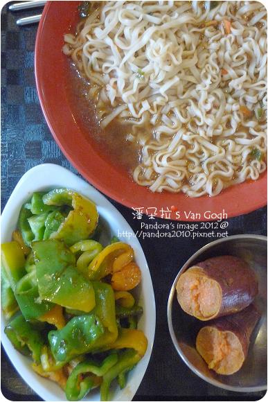 2012.11.21-地瓜、(統一)快煮拉麵-蔥燒牛肉、醬炒青椒