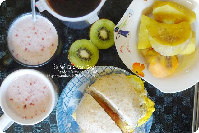 2012.12.27-奇異果、麩皮起司蛋饅頭、地瓜、(桂格)北海道草莓歐蕾麥片