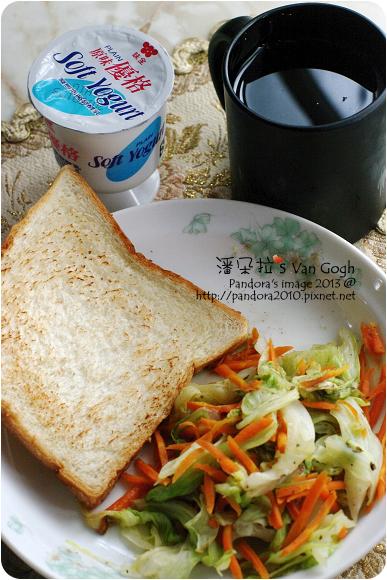2013.01.17-(伯朗)濾掛咖啡-回沖、烤白吐司、(味全)原味優格、燜高麗菜