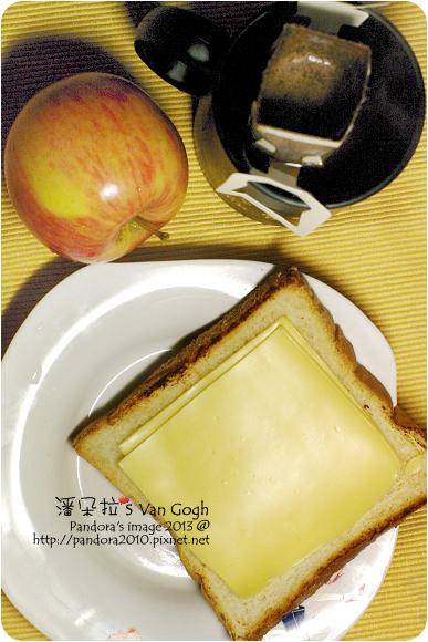 2013.01.18-(伯朗)濾掛咖啡、烤白吐司+(芝司樂)高鈣低脂芝士片、蘋果